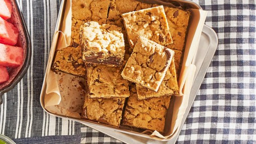 chocolate-chip-streusel-brownies-0617-102965692_horiz